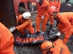 proses-evakuasi-korban-jumat-2492021.jpg