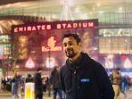 raffi-ahmad-berfoto-di-depan-emirates-stadium.jpg
