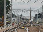 rangkaian-tiang-listrik-aliran-atas-sebagai-penunjang-operasional-kereta-rel-listrik.jpg