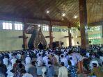 ratusan-umat-muslim-saat-mengikuti-kotbah-salat-idul-fitri_20170625_090037.jpg