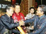 rektor-universitas-amikom-yogyakarta-suyanto-menerima-penghargaan_20171217_183716.jpg