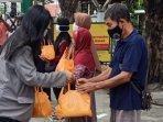 relawan-baikhatiid-saat-mendistribusikan-bantuan-bagi-warga.jpg