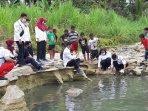 relawan-pmi-kulon-progo-tebar-ratusan-benih-ikan-nila-di-obyek-wisata-watu-lempeng.jpg