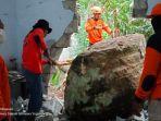 relawan-sedang-mengevakuasi-dengan-cara-memecah-batu-besar-yang-longsor-dan-menghantam.jpg
