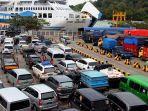 ribuan-kendaraan-yang-akan-menyeberang-ke-sumatera-memadati-dermaga-iv-pelabuhan-merak.jpg