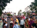 ribuan-orang-mulai-berdatangan-ke-alun-alun-utara-untuk-melakukan-sholat-idul-adha-1438h2_20170901_071411.jpg