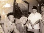 rombongan-haji-pertama-indonesia-bersama-soekarno-hatta_20180710_232518.jpg