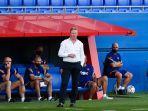 ronald-koeman-menyaksikan-pertandingan-persahabatan-barcelona-v-nastic-di-stadion-johan-cruyff.jpg