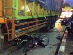 sebuah-sepeda-motor-ringsek-terlindas-truk-dalam-kecelakaan-maut_20170913_085855.jpg