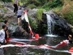 sejumlah-pemuda-mencuci-bendera-merah-putih-raksasa-di-satu-sumber-mata-air_20170808_212236.jpg