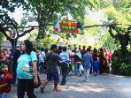 sejumlah-pengunjung-memadati-gl-zoo-pada-hari-lebaran-kedua.jpg