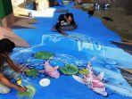 sejumlah-relawan-sedang-melukis-mural-tiga-dimensi-dengan-konsep-biota-air.jpg