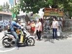 semangat-ibu-ibu-di-umbulharjo-bagi-bagikan-sayuran-untuk-pengguna-jalan.jpg