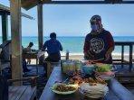 sentra-kuliner-seafood-pantai-depok-kembali-beroperasi-koki-dan-pramusaji-dibekali-faceshield.jpg