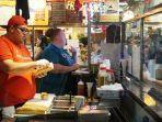 seorang-juru-masak-sedang-membuat-cheeseesteak-di-kawasan-reading-terminal-market-di-philadelphia.jpg