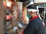 seorang-koki-tengah-mengolah-daging-sapi-untuk-kudapan-shawerma.jpg