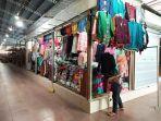 seorang-pedagang-pakaian-di-pasar-bantul-sedang-menata-dagangan-di-kios-yang-baru-dibuka.jpg