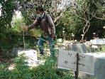 seorang-warga-melihat-kuburan-di-pemakaman-pasekan.jpg