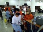seorang-warga-yang-sedang-melaksanakan-vaksin-di-itny.jpg