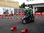 sesi-praktek-saat-driver-go-jek-mengaplikasikan-berbagai-teknik-safety-riding_20180414_213628.jpg
