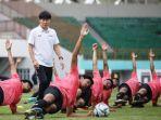 shin-tae-yong-dan-para-pemain-timnas-u-19-indonesia-yang-diseleksi-di-stadion-wibawa-mukti.jpg