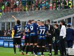 simone-inzaghi-dan-para-pemainnya-saat-jeda-istirahat-di-liga-italia-inter-milan-vs-genoa.jpg