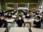 siswa-mengenakan-masker-wajah-duduk-di-dalam-ruang-kelas-di-sekolah-marie-curie-di-hanoi.jpg