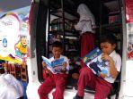siswa-sdn-timuran-sedang-membaca-buku_20171113_230620.jpg