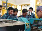 siswa-smp-muhammadiyah-3-yogyakarta-tengah-memperhatikan-praktek-kerja.jpg
