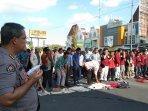 suara-azan-berkumandang-peserta-aksi-damai-muhammadiyahberduka-gelar-salat-di-tengah-jalan.jpg