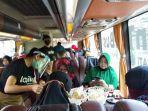 suasana-di-dalam-bus-sambil-menikmati-kopi-berkeliling-kota-yogyakarta.jpg