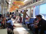 suasana-di-dalam-krl-commuter-line-relasi-bekasi-jakarta-kota.jpg