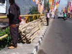 suasana-jalan-juminahan-yang-dipenuhi-bambu-dan-bendera_20180802_110232.jpg