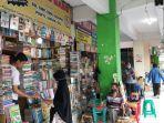 suasana-penjualan-buku-di-shopping-center_2007.jpg