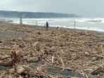 sungai-opak-meluap-pantai-depok-dipenuhi-sampah-bambu-dan-pohon.jpg