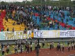 suporter-sriwijaya-fc-ricuh-dan-merusak-bangku-stadion-glora-jakabaring-palembang_20180722_212412.jpg