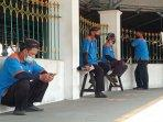 suratman-dan-beberapa-pekerja-porter-di-stasiun-tugu-yogyakarta.jpg
