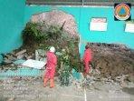tanah-longsor-yang-menimpa-sebuah-gedung-di-desa-krakitan-kecamatan-bayat-selasa-222021.jpg