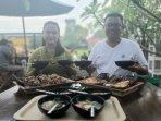 tedi-wintoko-menunjukkan-varian-menu-yang-disajikannya-di-warung-soto-empal-kenanga.jpg