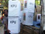 tenaga-pengangkut-logistik-pemilu-sedang-menurunkan-kotak-suara.jpg