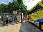 tim-gabungan-satpol-pp-gunungkidul-menghalau-bus-pariwisata.jpg