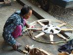 tumiyo-saat-membuat-roda-dengan-kerangka_20180612_181358.jpg