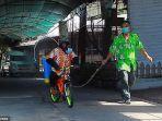 video-viral-simpanse-naik-sepeda-semprotkan-disinfektan-di-kebun-binatang-thailand.jpg
