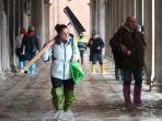 viral-turis-tercebur-karena-banjir-di-venice-italia-tinggi-air-capai-tinggi-manusia.jpg