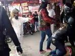 viral-video-anggota-tni-di-bukittinggi-dikeroyok-pengendara-moge-korban-tersungkur-lalu-ditendang.jpg