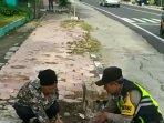 viral-video-polisi-membantu-punguti-beras-seorang-nenek-yang-berjatuhan-di-jalan-begini-kisahnya.jpg