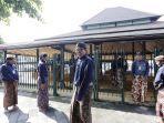wakil-walikota-yogyakarta-heroe-poerwadi-bersiap-mengikuti-prosesi-wisuda-abdi-dalem.jpg