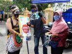 warga-berkostum-tokoh-pewayangan-ikut-membagikan-masker-saat-kepolisian-ri.jpg