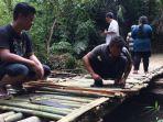 warga-denggung-bangun-jembatan-darurat-dari-bambu.jpg