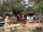 warga-melakukan-ziarah-kubur-di-hari-pertama-perayaan-idulfitri-2021-kamis-1352021.jpg